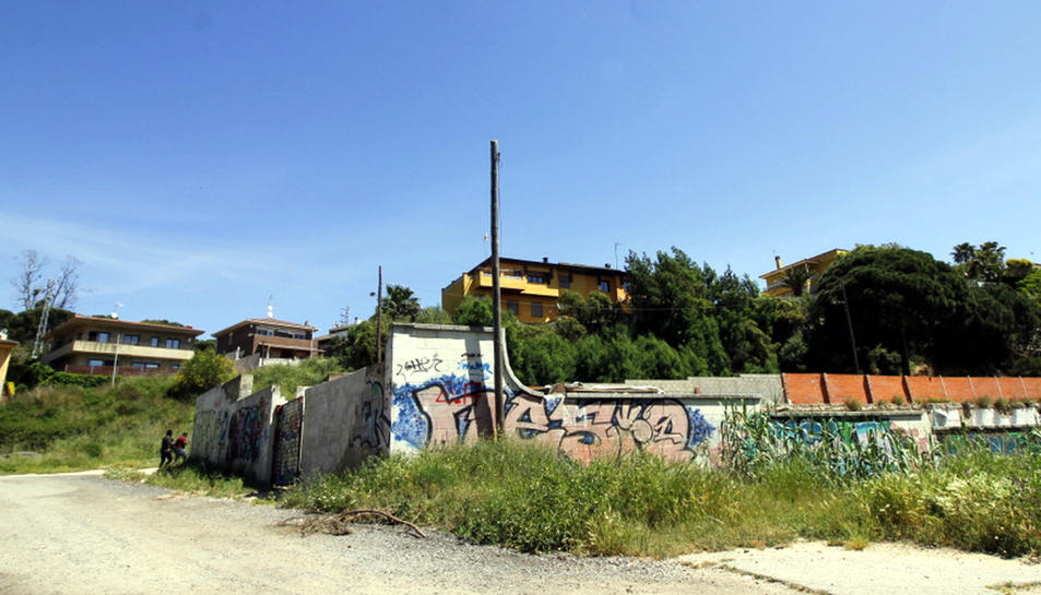 L'agressor de Blanes viu en una caseta que hi ha a l'interior d'aquest tancat, que antigament havia estat una fàbrica de carn.