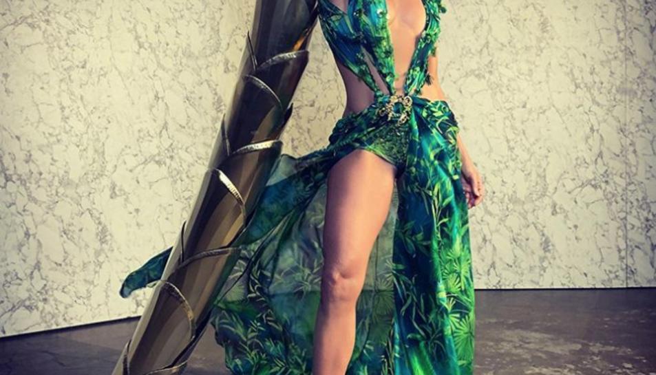 Jennifer Lo amb un vestit tropical.