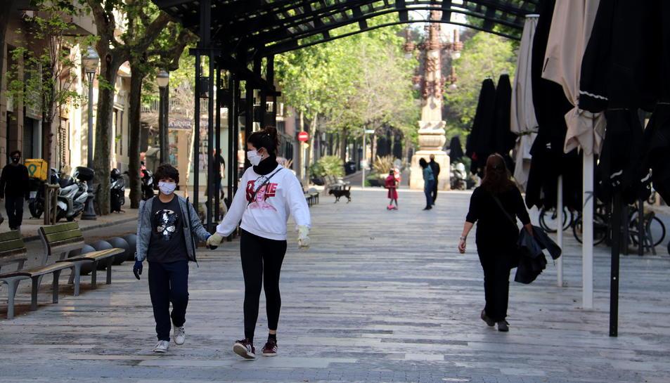 L'avinguda Gaudí de Barcelona amb nens passejant durant la primera sortida des de l'inici del confinament.