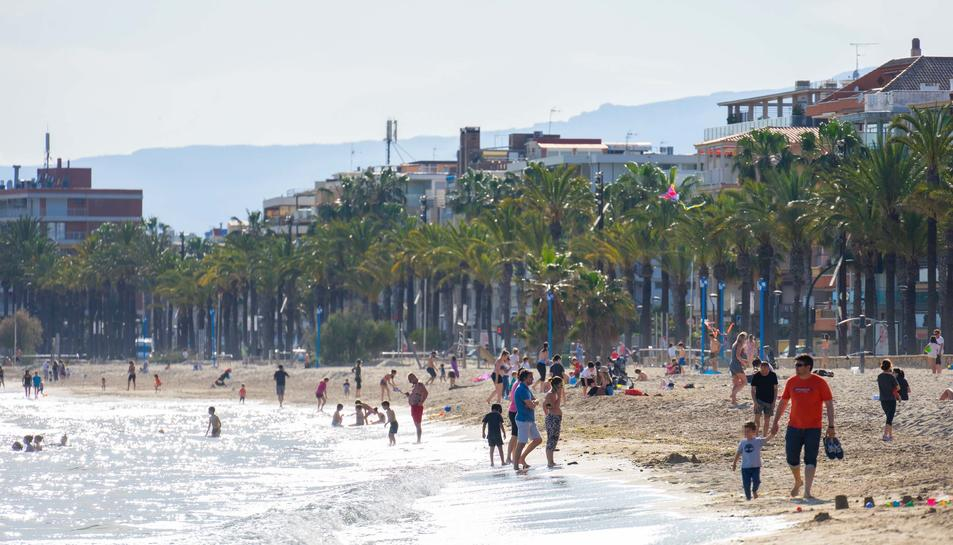 Un bon grapat de persones s'han saltat la prohibició de bany i de prendre el sol a les platges d'arreu del país aquesta tarda a la platja de Ponent de Salou.