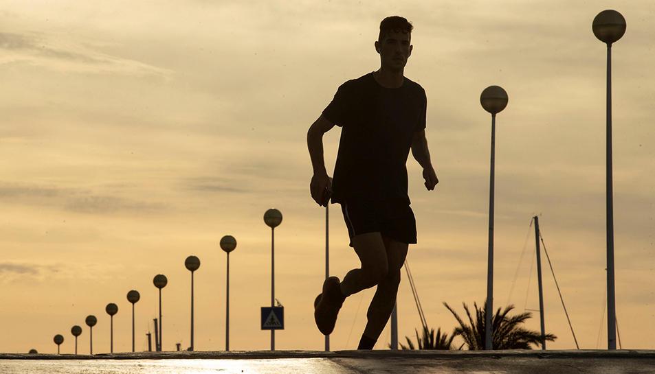 Imatge d'arxiu d'un home fent esport en un passeig.