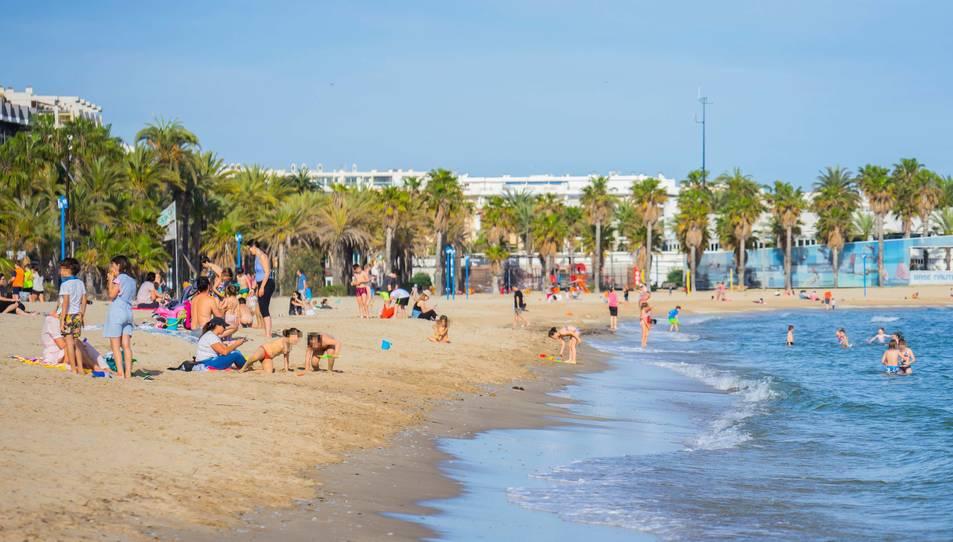 Imatge de la platja de Ponent plena de gent.