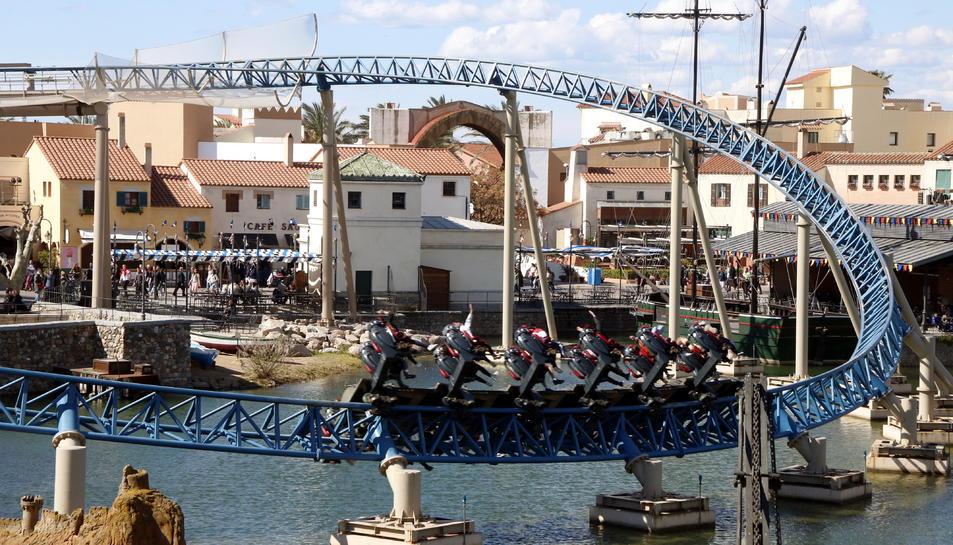 Pla obert de l'atracció Furius Baco de PortAventura, funcionant a l'àrea de Mediterrània.