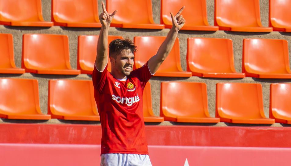 Fran Carbia, després de marcar un dels dos gols que va anotar en el seu debut contra l'Ebro.