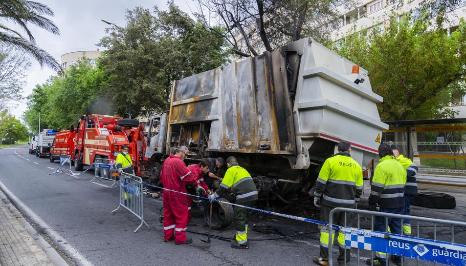L'estat en què va quedar el camió, a l'avinguda Marià Fortuny.