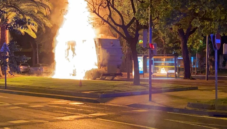 Imatge del camió incendiat a l'avinguda Marià Fortuny.