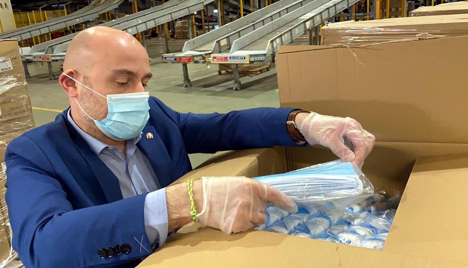 Un representant de la subdelegació revisant una de les caixes de mascaretes entregades pel govern espanyol a Catalunya.
