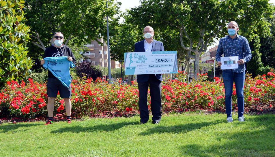 Pla general de l'alcalde de Reus, Carles Pellicer; i del regidor d'Esports, Josep Cuerba; sostenint un xec amb l'import recaptat en la 8a edició de la Cursa de la Dona de Reus