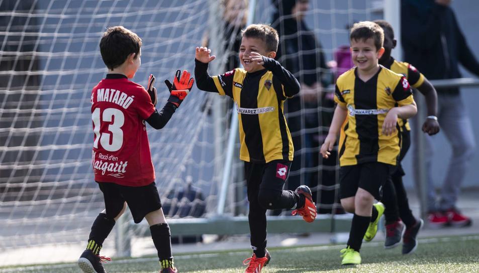 Els nens són el futur del futbol i, a falta d'instal·lacions, tenen permís per poder entrenar.