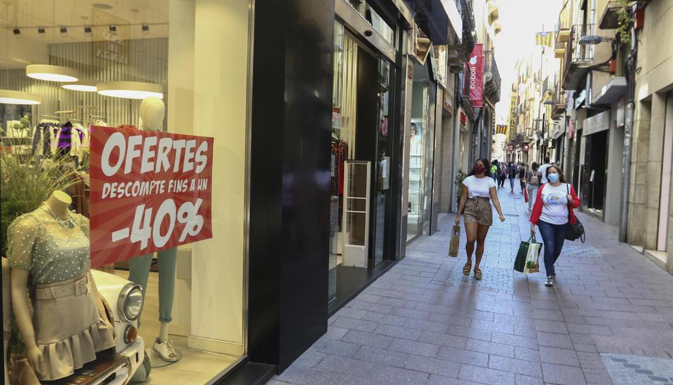 Les botigues del centre de Reus van començar a fer promocions de descomptes ahir.
