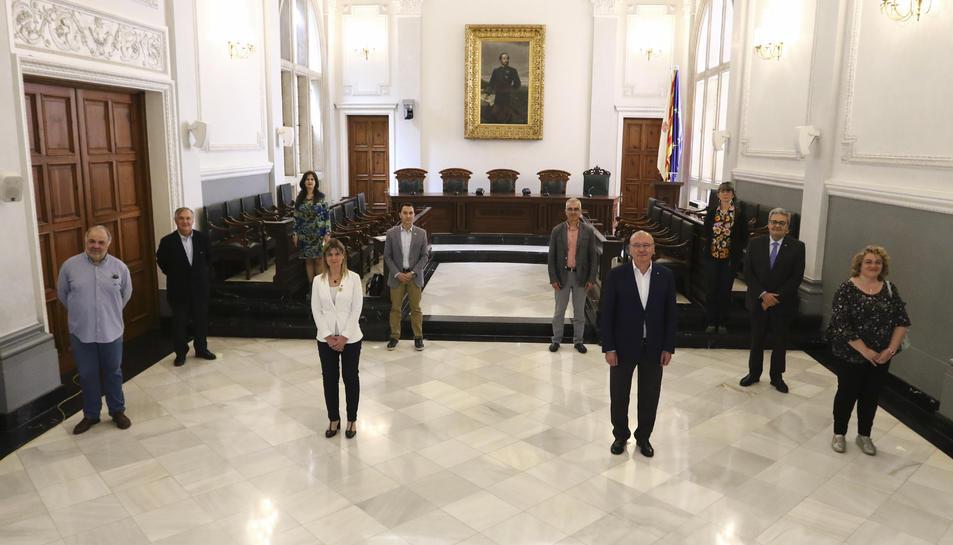 L'alcalde de Reus, Carles Pellicer, amb els portaveus de tots els grups municipals i representants d'agents socials i econòmics, en la presentació d'un pla per reactivar l'economia de la ciutat.