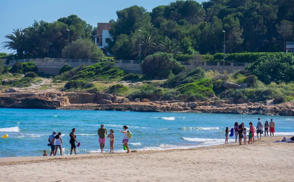 Banyistes a la platja de l'Arrabassada de Tarragona