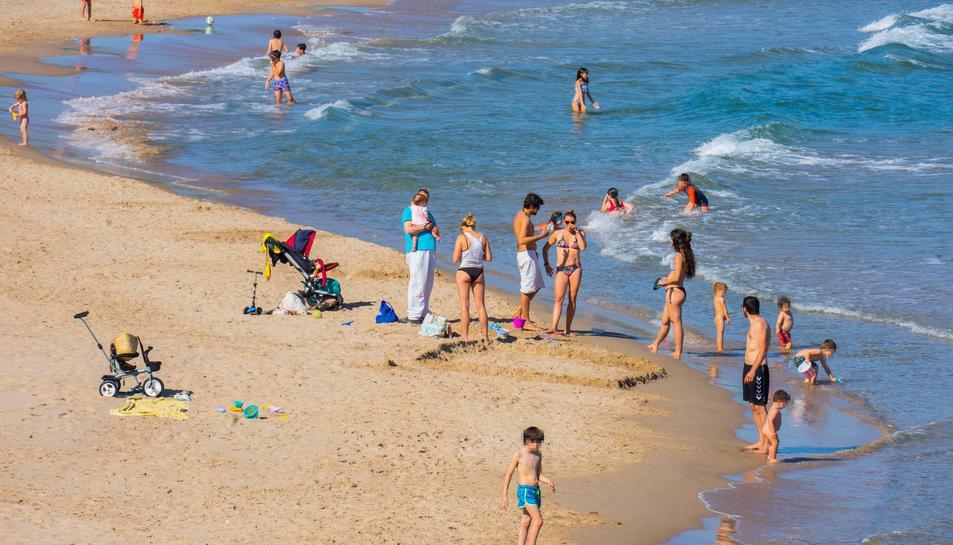 Banyistes a la platja de l'Arrabassada de Tarragona, 19 de maig de 2020