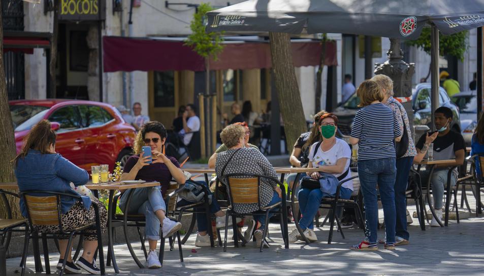 Als bars, la majoria de clients no duien posada la mascareta, amb independència de la distància que mantenien amb els altres.