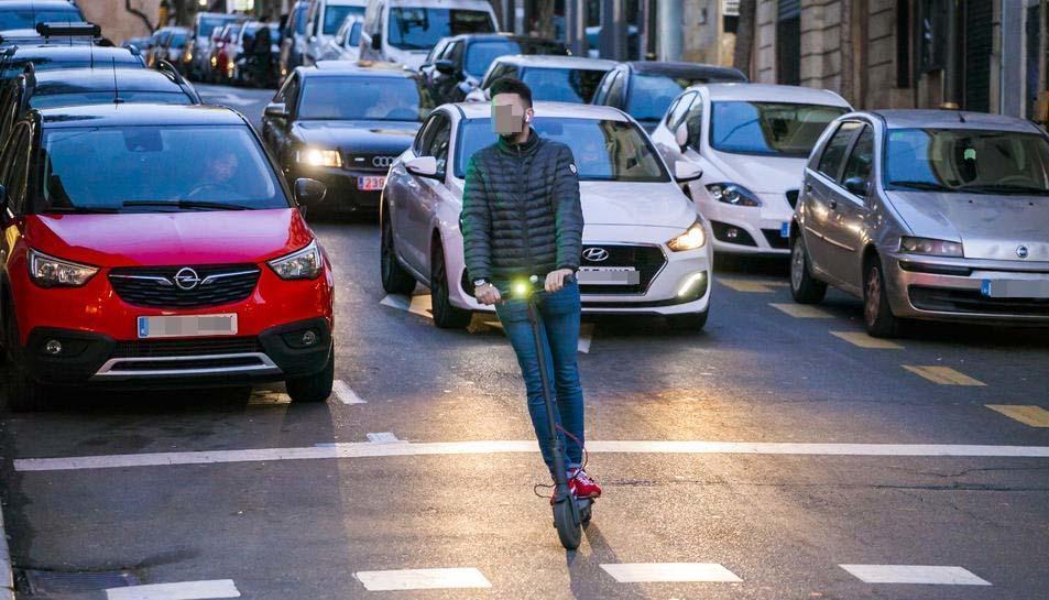 Imatge d'arxiu d'un usuari de patinet elèctric circulant per la ciutat de Tarragona.