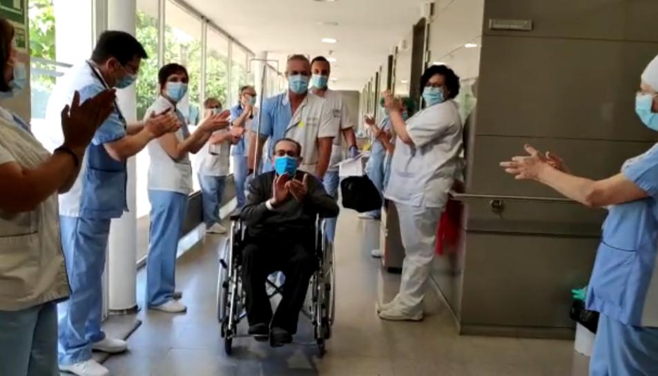 El personal sanitari acomiadant al pacient que ha rebut l'alta.