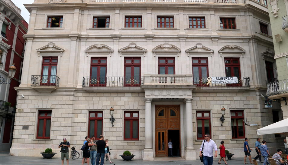 L'Ajuntament de Reus amb la pancarta de 'Llibertat Presos Polítics'.