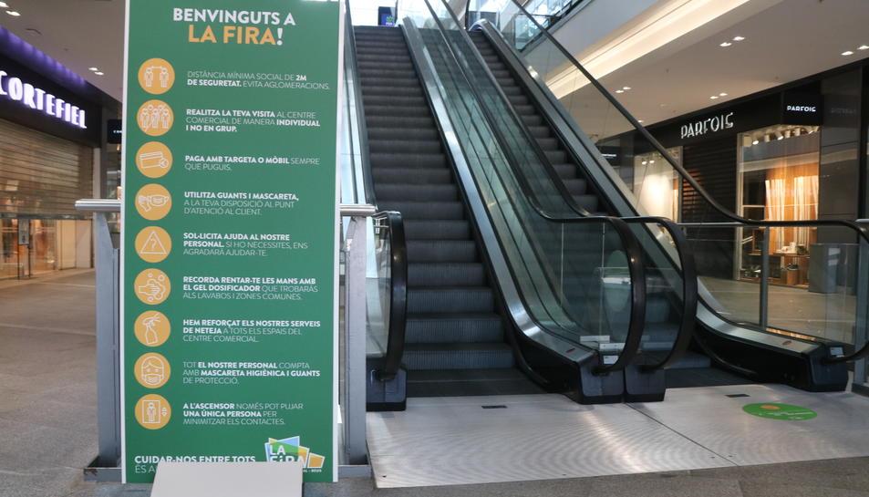 Pla obert d'un panell informatiu en un dels accessos al centre comercial La Fira de Reus