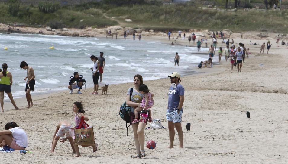Imatge d'ahir de la platja de l'Arrabassada, on a partir d'avui ja estarà permès prendre el sol i banyar-se després del confinament.