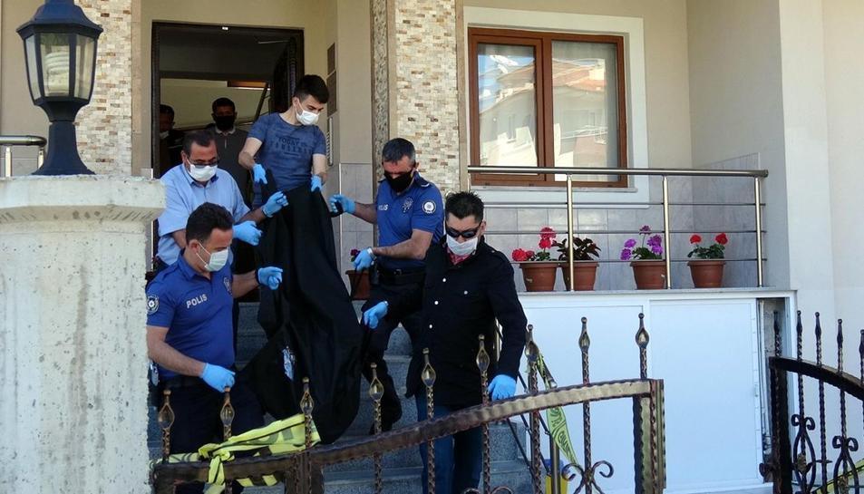 El boxeador turco Selim Ahmet Kemaloglu mató este domingo a su novia clavándole un cuchillo en el pecho, informó la cadena NTV.  El deportista, de 26 años, oriundo de Mugla, en el suroeste de Turquía, donde residía, mató a la joven tras una discusión en la vivienda que compartían, según la misma fuente.  Acto seguido, añadió NTV, llamó a una ambulancia, pero el equipo médico solo pudo certificar la muerte de la mujer, de 25 años.  Kemaloglu sufrió heridas leves y fue atendido en un hospital antes de ser trasladado a una comisaría.  Cada año se documentan en Turquía, país de 80 millones de habitantes, entre 250 y 350 asesinatos de mujeres por parte de sus parejas o exparejas y, en menor medida, por parte de sus propios familiares, según el registro de la revista turca 'Bianet'.  Las asociaciones feministas creen que la cifra real es mayor y que supera los 400 casos anuales.