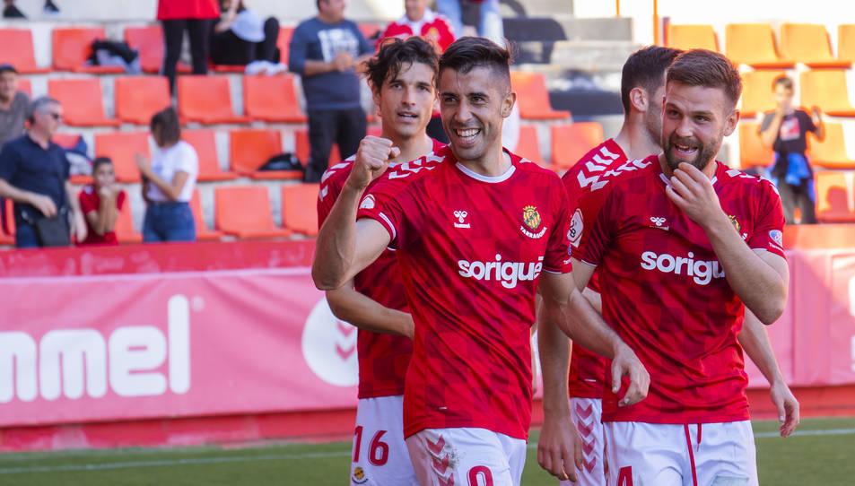 Oliva celebra un gol contra l'Ebro acompanyat de David Goldar.