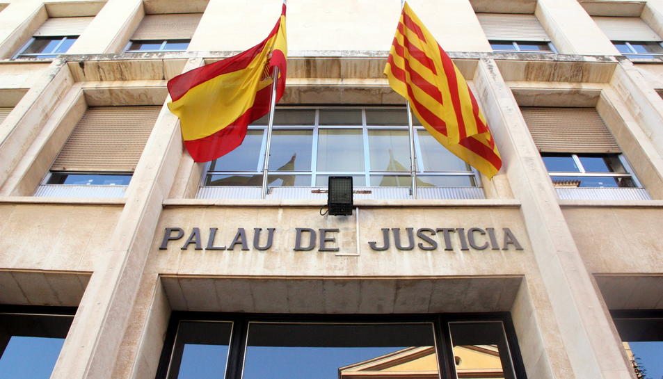 Pla contrapicat de la façana d'entrada a l'Audiència de Tarragona.