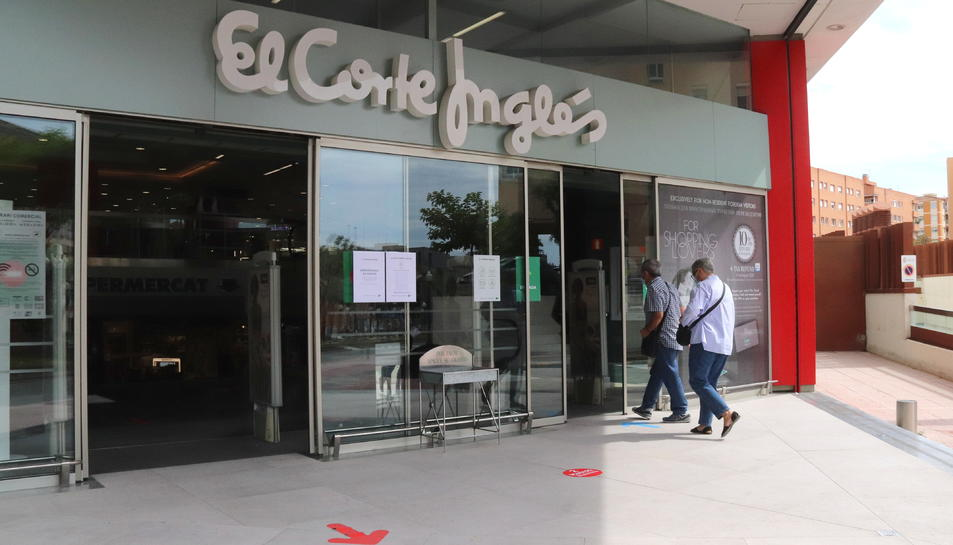 Pla general de l'entrada del Corte Inglés de Tarragona, el primer dia d'obertura