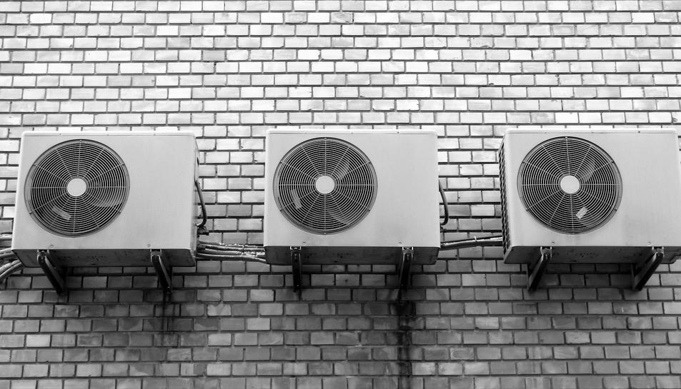 Imatge d'arxiu de diversos aparells d'aire condicionat.
