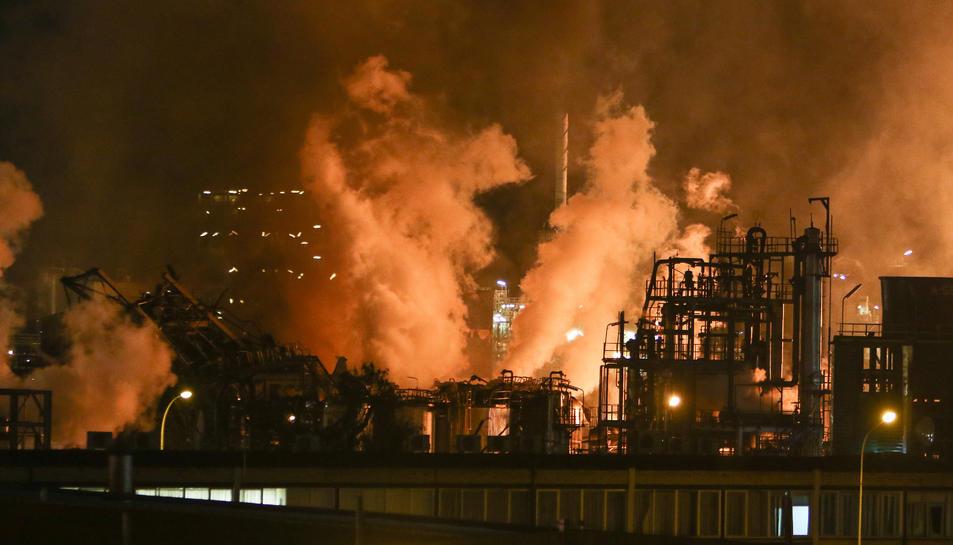 Imatge de la planta d'IQOXE hores després de l'explosió el passat dia 14 del mes de gener.