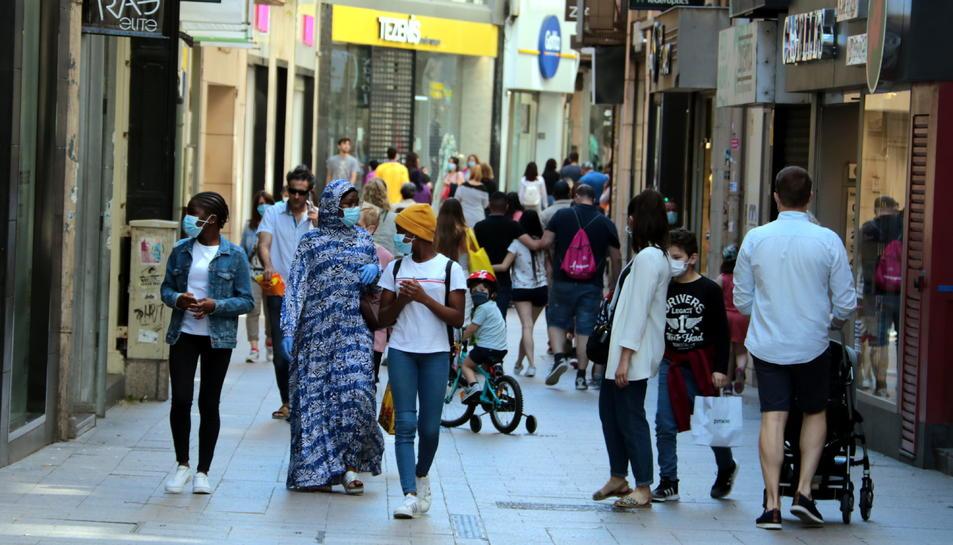 Gent caminant per l'Eix Comercial de Lleida.