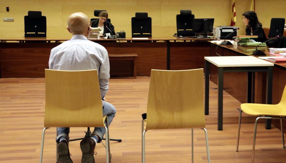 D'esquenes, el venedor de llaminadures d'Hostalric acusat d'abusar sexualment de vuit nenes. Foto del primer dia de judici, el 26 de maig del 2020.