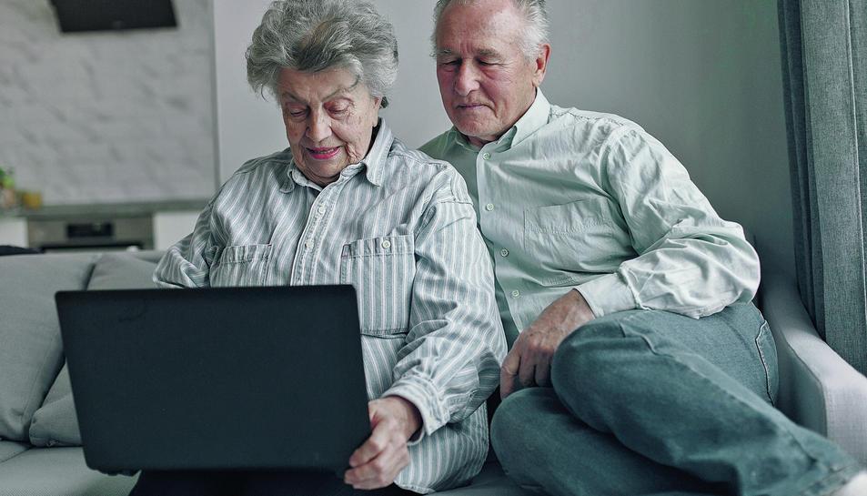 Imatge d'una parella de la tercera edat connectats a través de l'ordinador.