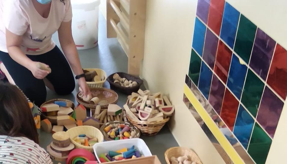 Les treballadores de la LLIM Arrabassada preparant les joguines.