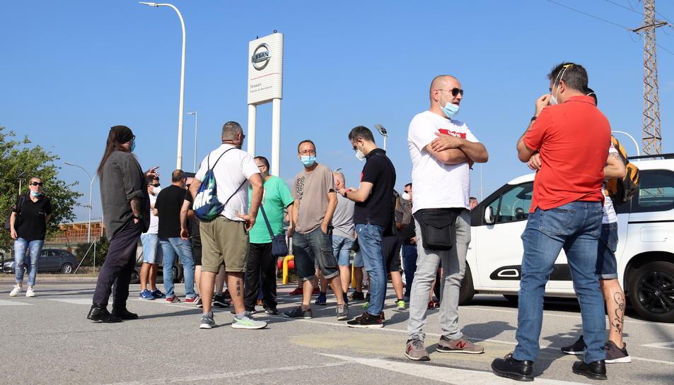 Els treballadors de Nissan esperant conèixer oficialment la decisió del tancament de les instal·lacions a Catalunya.