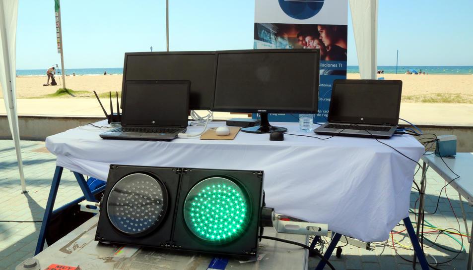 Un semàfor en verd i diverses pantalles que monitoritzen l'afluència a les platges de Salou.
