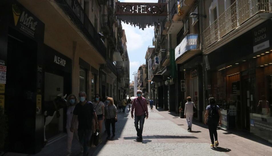 Diverses persones amb mascaretes caminant pel carrer Monterols de Reus