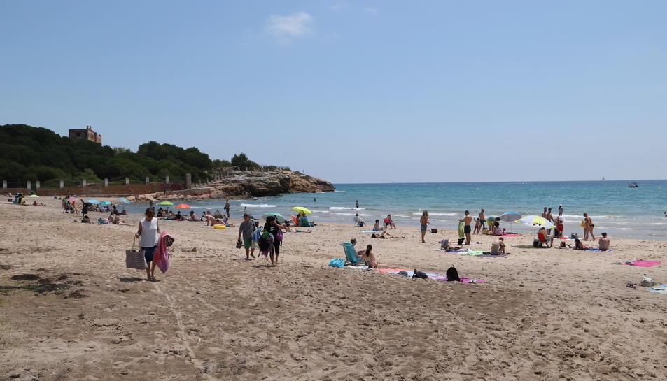 Pla general dels usuaris de la platja de l'Arrabassada de Tarragona en el primer dissabte de la fase 2 del pla de desescalada