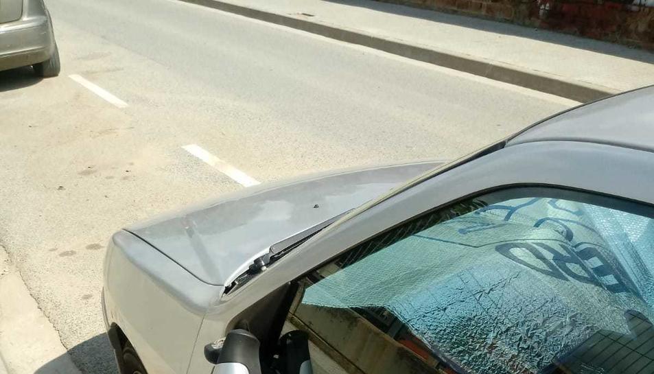 Un dels vehicles que ha aparegut han el retrovisor trencat