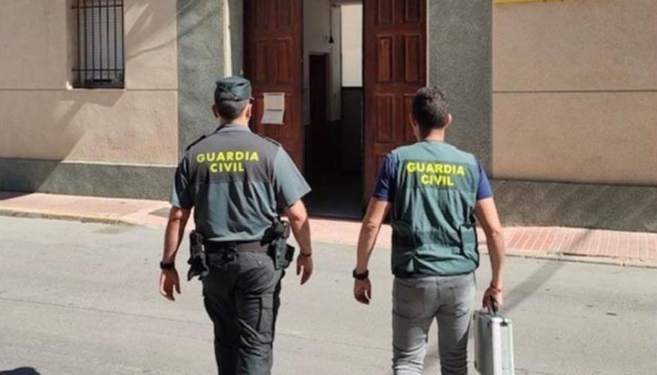 Imatge de dos agents de la Guardia Civil