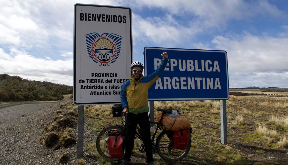 Adrià G. Mercadé durant la seva travessa amb bicicleta per la Patagònia.