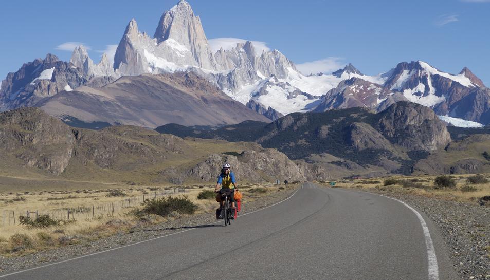 L'Adrià viatjant amb bicicleta per la Patagònia.