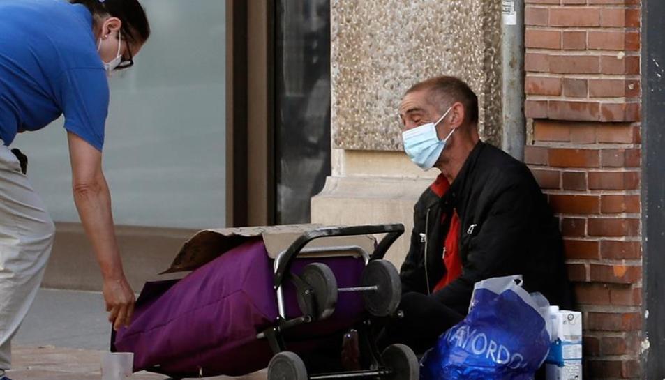 Una persona sense recursos al carrer.
