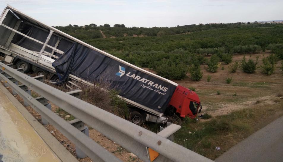 Imatge del camió accidentat.