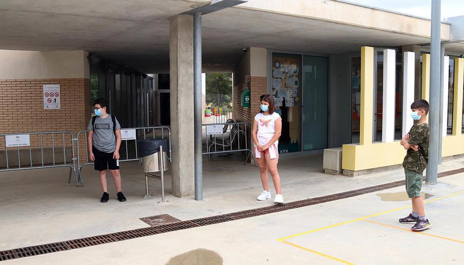 Els tres alumnes de cinquè de primària de l'Institut Escola l'Agulla del Catllar, al pati del centre abans d'entrar a classe.