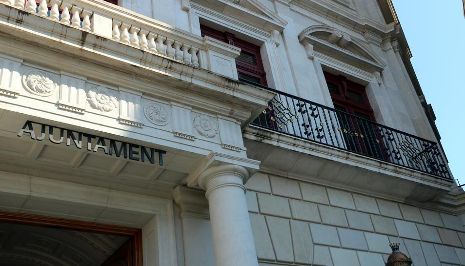 Pla tancat de la façana de l'Ajuntament de Reus sense cap pancarta.