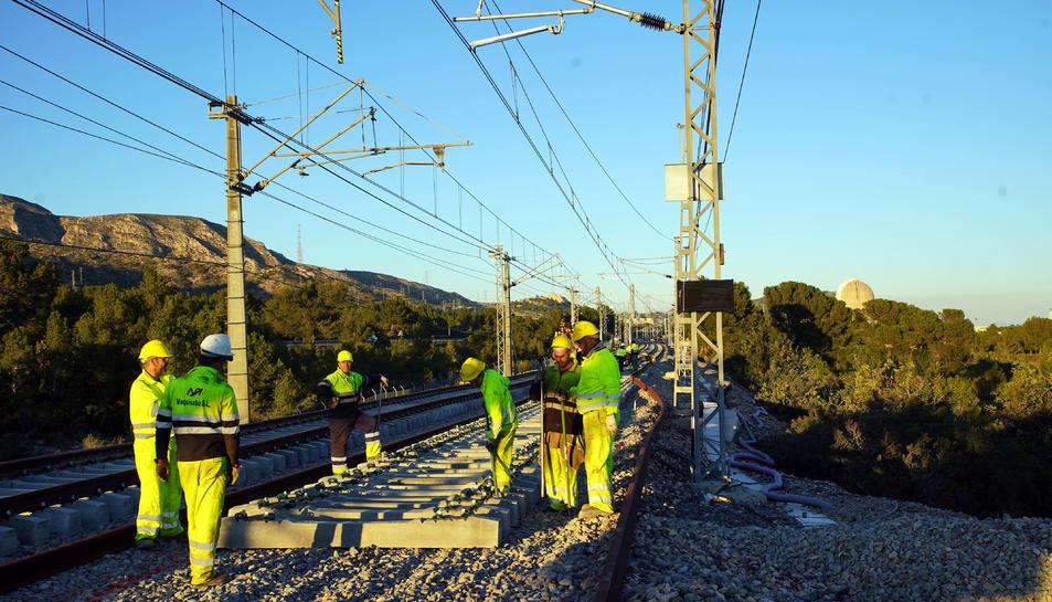 Operaris d'Adif acabant d'enllestir la connexió de la variant de Vandellòs al corredor mediterrani al gener.