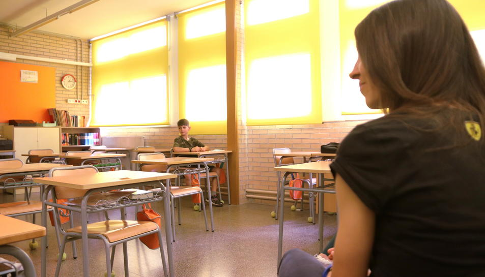 La classe de cinquè de primària de l'Institut Escola l'Agulla del Catllar, amb distància social entre alumnes i professors, en el primer dia de retorn a l'activitat.