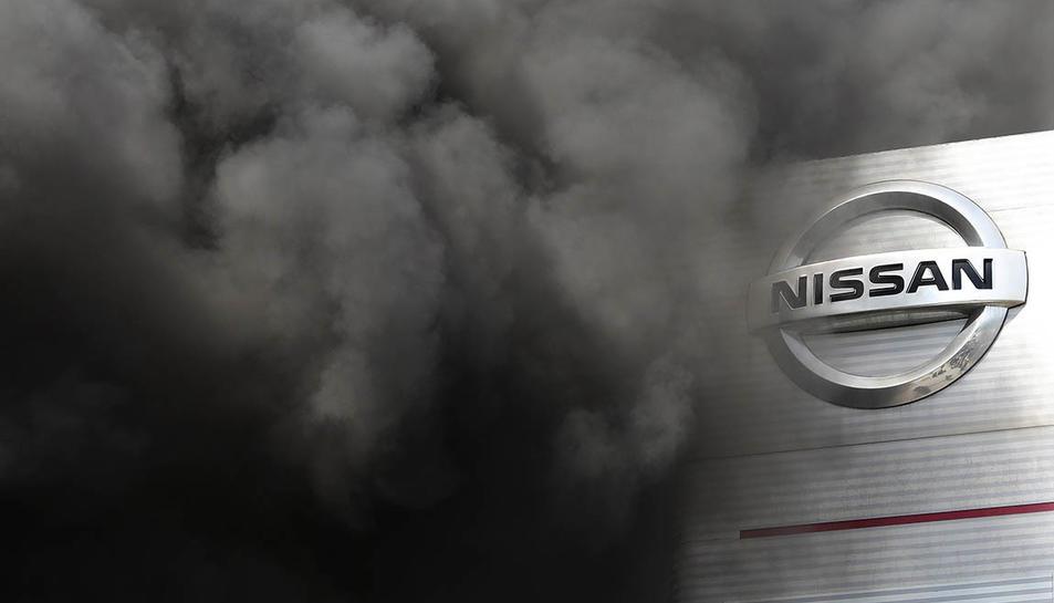 La planta de la ZOna Franca de Nissan amb el fum de les accions de protesta dels treballadors.