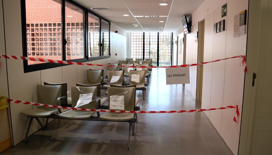 Una sala d'espera del CAP d'Amposta amb els seients precintats i l'accés prohibit.