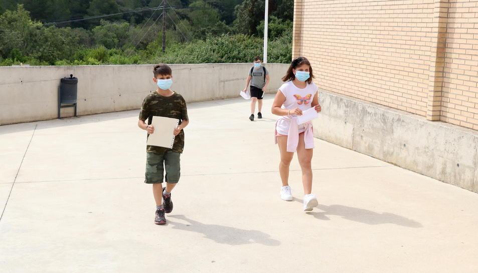 Tres alumnes de cinquè de primària de l'Institut Escola l'Agulla del Catllar, entrant al centre per primera vegada en més de dos mesos.